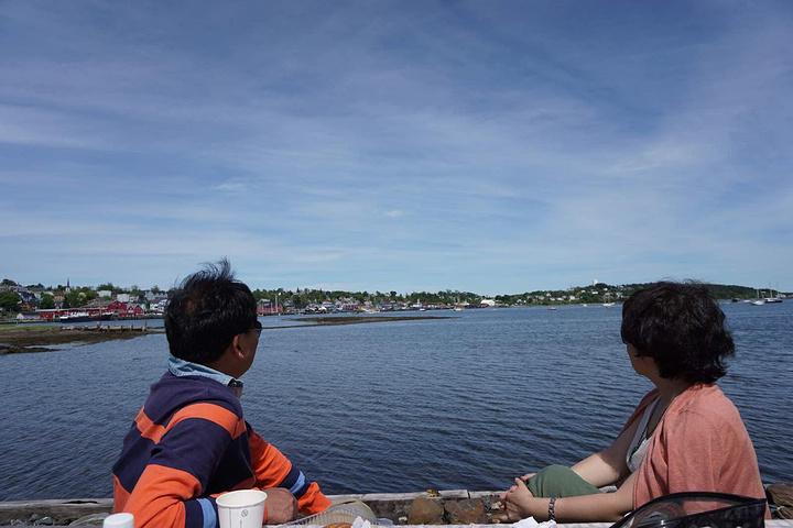 """""""景点之一~西北部的小学校,当地第一所中学,现在依然是一所小学。已是中午啦~河边的小木桌,绝佳的野餐地_卢嫩堡""""的评论图片"""