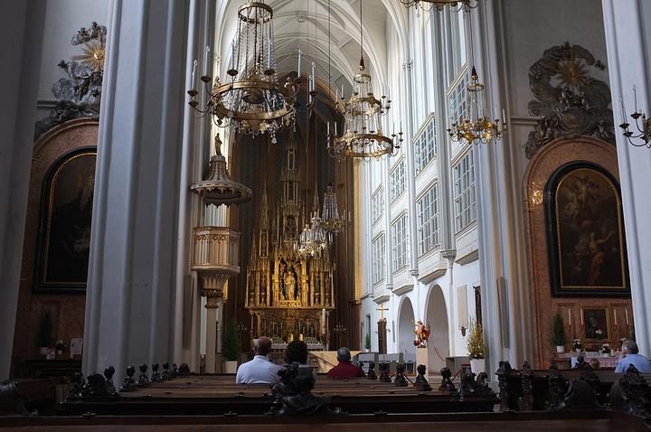 """""""在21世纪,这座教堂以举办高品质的宗教音乐会而著称,尤其是在每周的主日弥撒有完整的管弦乐队和唱诗班_奥古斯丁大教堂""""的评论图片"""