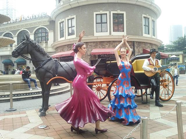 """""""西班牙风情街的特色雕塑。仅是来看建筑、拍照和吃饭的话,需要3到4小时吧,吃饭最好在网上先预定哈~教堂_世界城-光谷步行街""""的评论图片"""