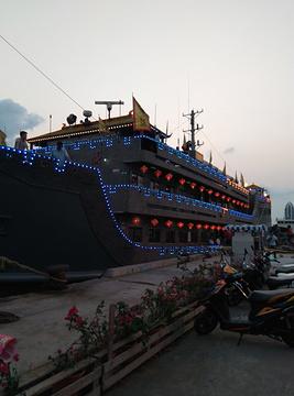 海洋长城号仿古船夜游三亚湾