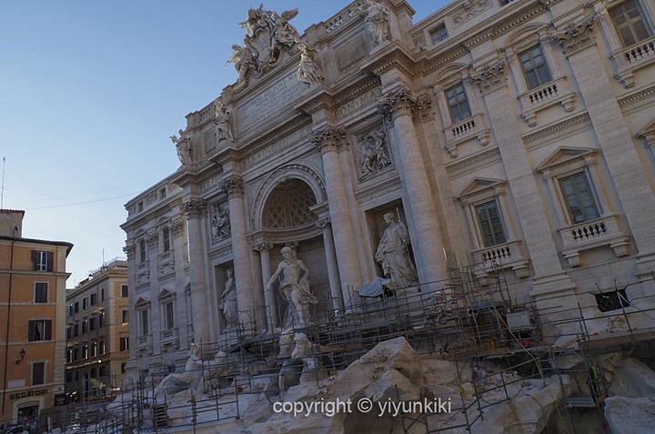 """""""...二枚代表真心相爱,第三枚代表婚后将重返罗马,我们造访的时候已经进入修葺的尾声,可惜还是没有泉水_特莱维喷泉""""的评论图片"""
