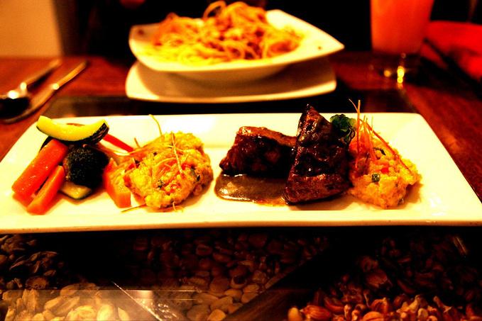 广场餐厅的晚餐图片