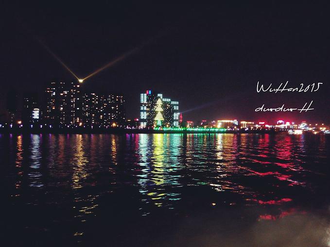 坐船游江图片