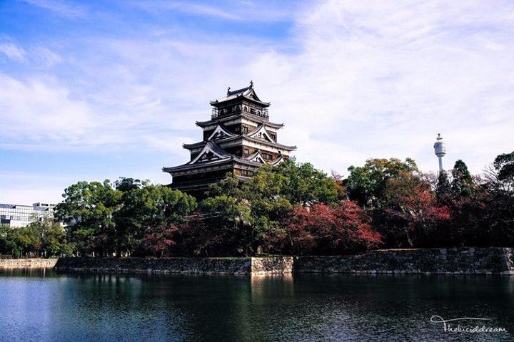 """""""你拖慢脚步走在护城河边。秋天熟透了,你甚..._广岛城""""的评论图片"""