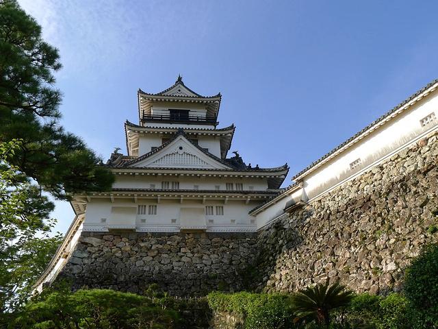 """"""" 天守阁在日本封建内乱时期作为军事堡垒一般都建的比较高,起瞭望的作用,当地的珊瑚手工艺品很出名。  _天守阁""""的评论图片"""