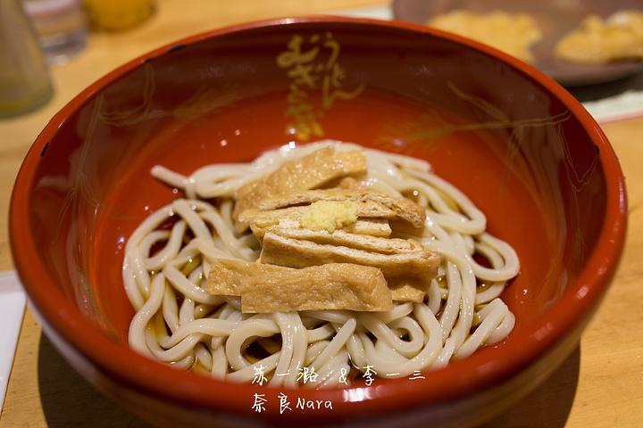 """""""热腾腾的油炸豆腐乌冬面已经成为大阪的经典美食。油豆腐微咸,搭配在一起吃正正好。最后选择吃面_Udon Mugi no Kura""""的评论图片"""