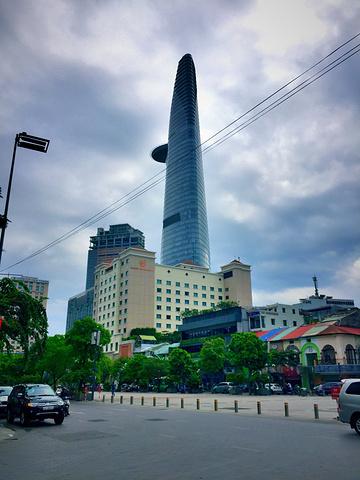 """""""金融塔位于越南社会主义共和国之最大城市胡志明市市中心,是胡志明市的地标性建筑,亦是一大旅游景点。_Bitexco Financial Tower - Saigon Skydeck""""的评论图片"""