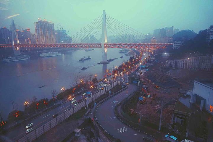 """""""这个桥距离长江索道比较近,这边的最佳观景点就是在缆车上。那就顺便来看看重庆的夜景吧_菜园坝长江大桥""""的评论图片"""