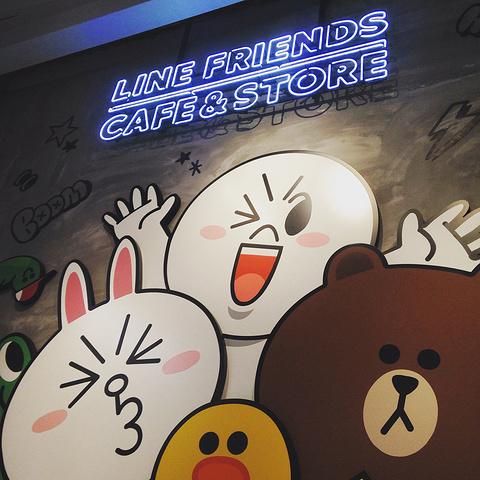 """""""...E什么的,反正也没什么事就决定去看看,过个马路走个三两分钟就到了,外观很好辨认,一只熊坐在房顶_Line Friends Café & Store""""的评论图片"""