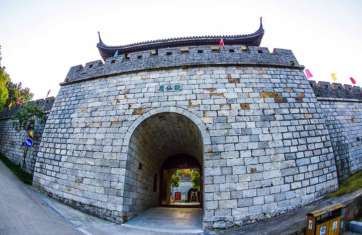 """""""在风景秀丽的南北湖畔,海拔约96.7米的谈仙岭上,坐落着一座中国最小的石城——谈仙石城_谈仙石城""""的评论图片"""