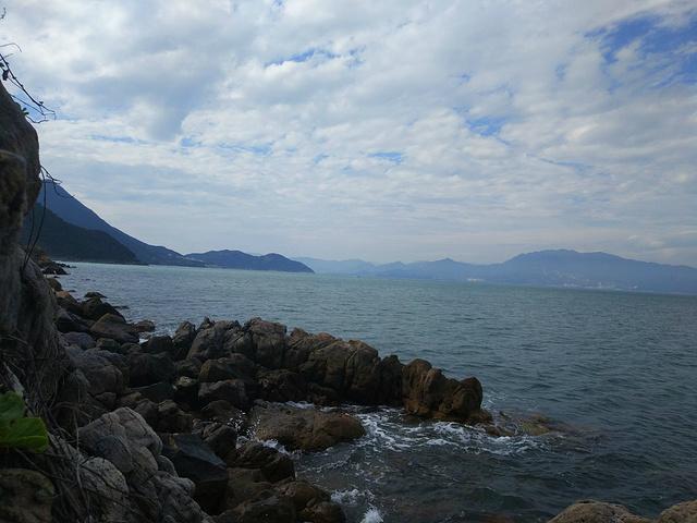 """""""特别是鹿嘴山庄景区内的鹿嘴高崖,峭壁垂直高度达30米,潮汐海浪很大,而且岸下有许多礁石,不要距..._杨梅坑""""的评论图片"""