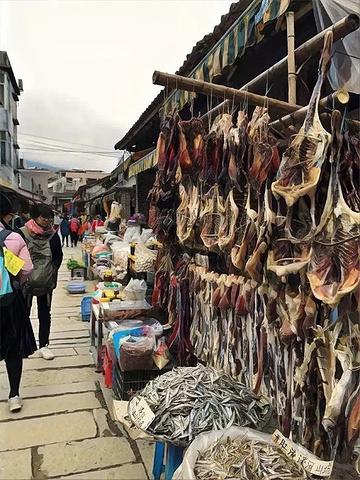 """""""但是徒步时沿途风景尽收眼底卖一些传统小吃、水果、干货。远远望去并无发现有什么特别之处忍不住站着_溪头村""""的评论图片"""
