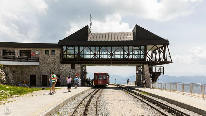 """"""" 最后一站到达山顶风景非常漂亮,偶尔雾气会有些大,通过航拍可以看到这里便是火车站的尽头,小火车..._沙夫山""""的评论图片"""