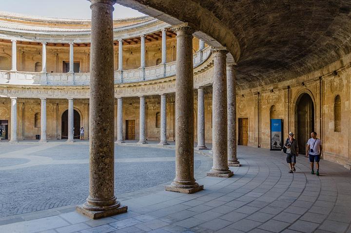 """""""建筑本身随意进出,但如果要看二楼的展览是要出示门票的。长得美就有人给火腿肠吃,这真是个看脸的社会_卡洛斯五世宫""""的评论图片"""