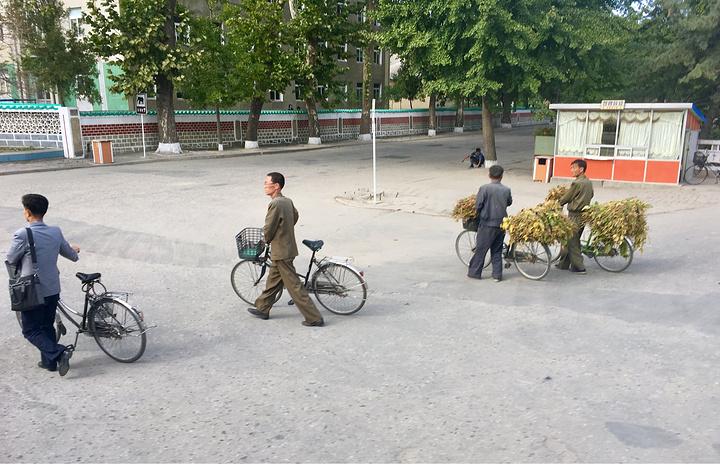 """""""参观完紧张的板门店,返回开城,这里是朝鲜的历史古都。在朝鲜,男人如果能穿上三条裤子,那可是相当的抢手_开城""""的评论图片"""