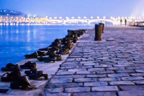 多瑙河畔步道的鞋子旅游图片