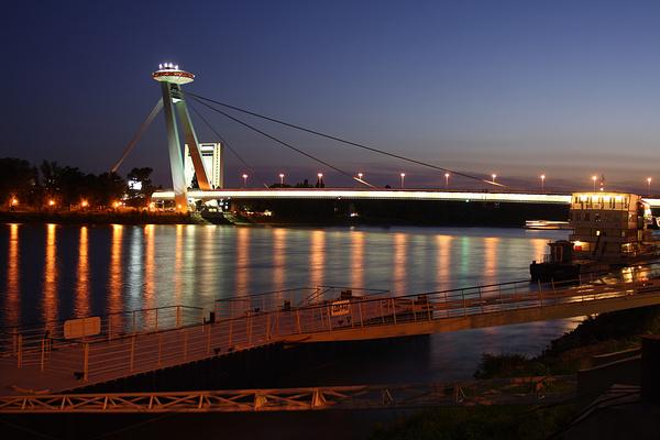 布拉迪斯拉发新桥旅游图片