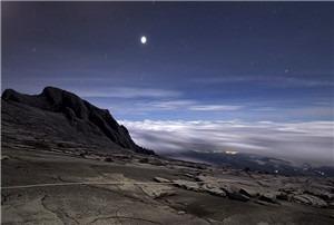 夜幕下的罗氏峰