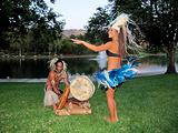 跳土著舞蹈