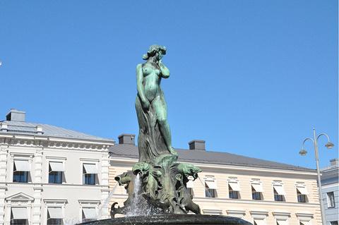 波罗的海的女儿雕像的图片