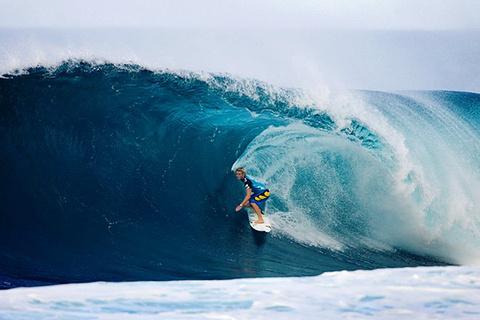 观看巨浪冲浪