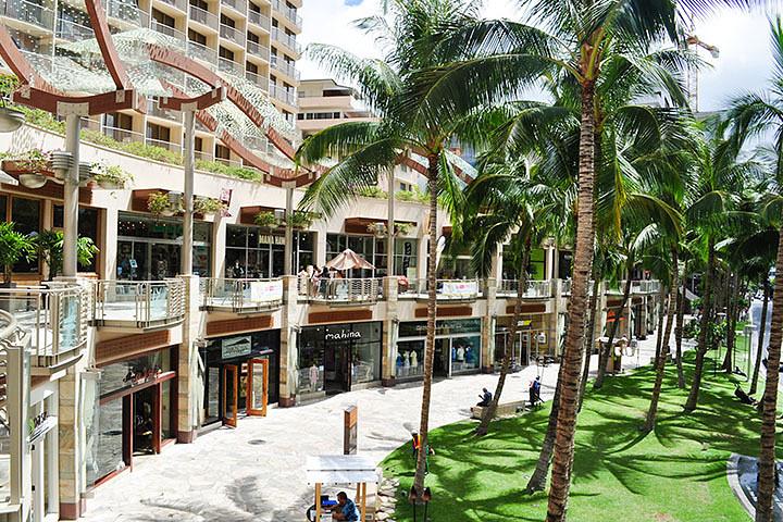 """""""火奴鲁鲁的主干道,两边分布着各种商铺和火奴鲁鲁最大的购物商场,皇家购物中心_威基基海滩大道""""的评论图片"""