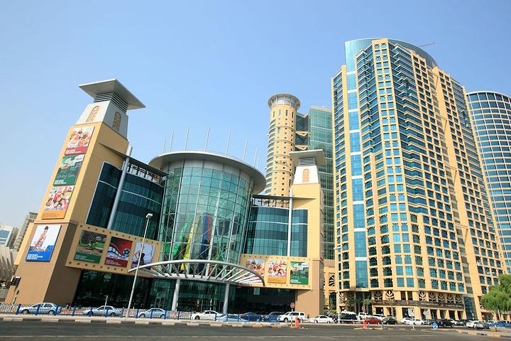 """""""人们可以在这家购物中心的三个楼层选购时装、电子产品、珠宝、家居用品以及健康和美容产品_Al Wahada Mall""""的评论图片"""