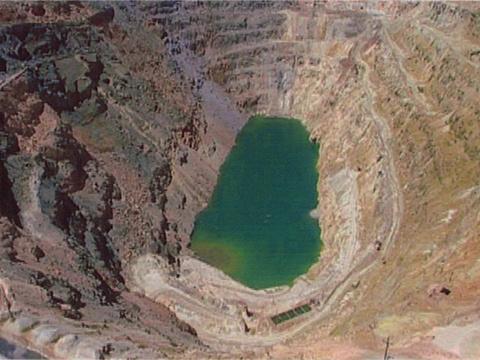 西露天矿大坑旅游景点图片