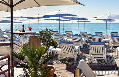 私人海滩晒日光浴