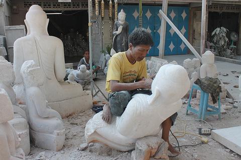 游览石雕工匠区