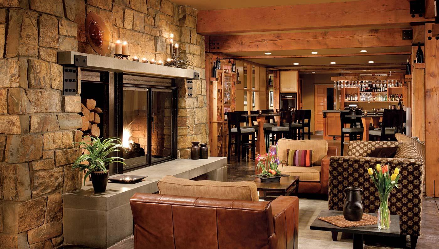 垂柳酒店(Willows Lodge)将现代度假酒店设施与西北地区的自然环境完美融合,从挑高的木质结构大堂、温暖的壁炉,到广阔独特的花园,都能令每一位客人感受其别具一格的魅力。这里不仅仅是一个住宿的场所,酒店不远还有屡获殊荣的葡萄酒厂、水疗中心以及有机餐厅。
