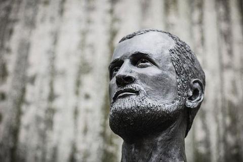 亚历山大·耶尔森雕像