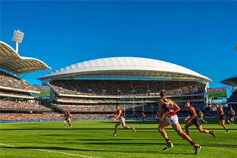 椭圆形体育馆看澳式橄榄球