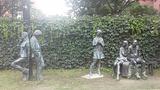 泰晤士小镇-等车雕像