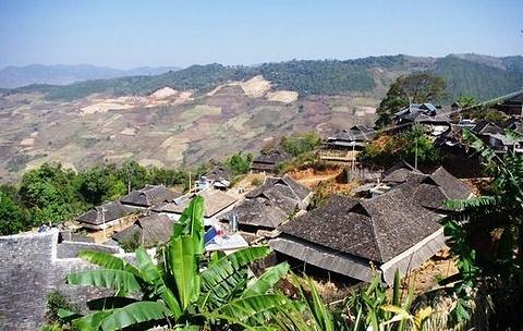 章朗村布朗族山寨的图片