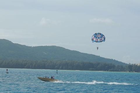 军舰岛海上拖曳伞的图片