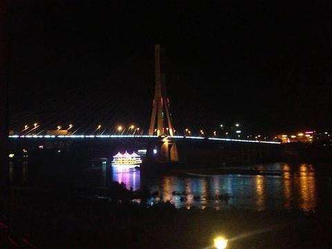 泼水广场夜市旅游景点图片
