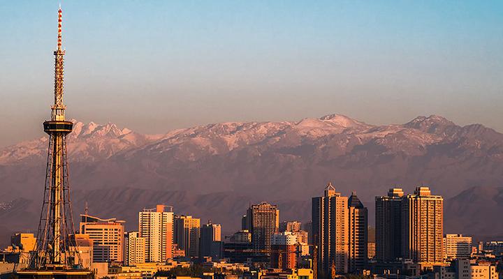 天山下的城市旅游图片