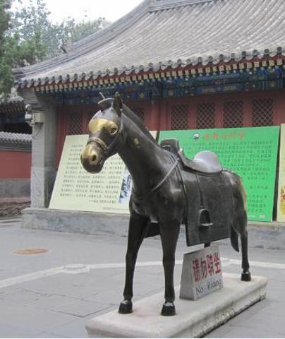 """""""其中山门的小石猴是最为著名的,每逢春节庙会,香客游人们都会排起百人长队,争相摸石猴讨吉利,小石..._白云观""""的评论图片"""
