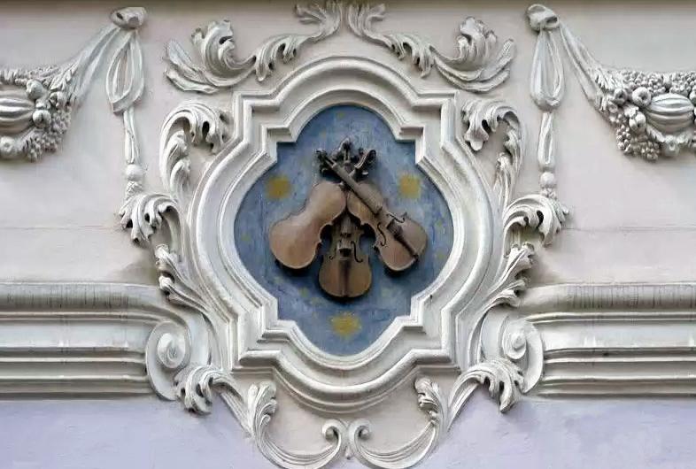 U tří housliček