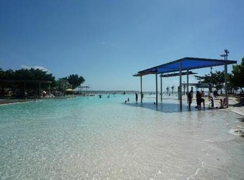凯恩斯公共游泳池的图片