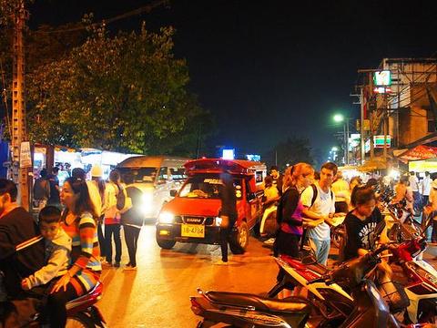 塔佩周日夜市旅游景点图片