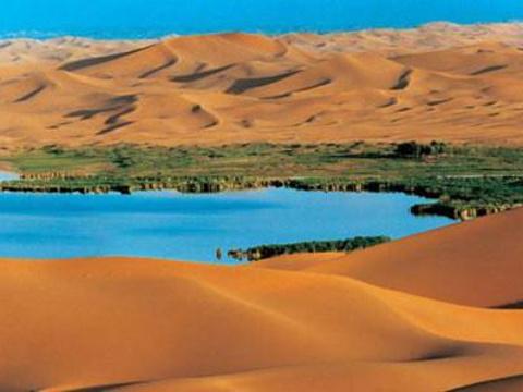 腾格里沙漠月亮湖旅游景点图片