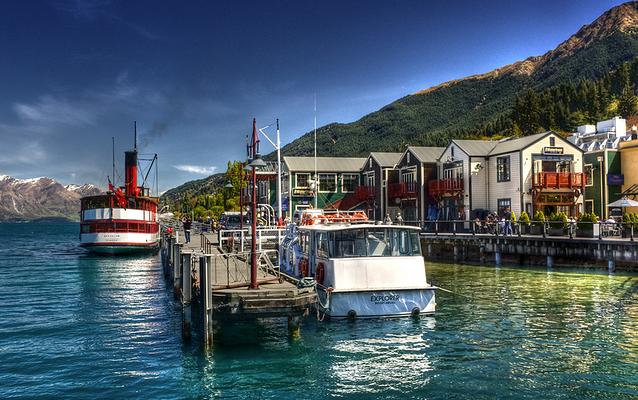 百年蒸汽船在码头靠岸旅游图片