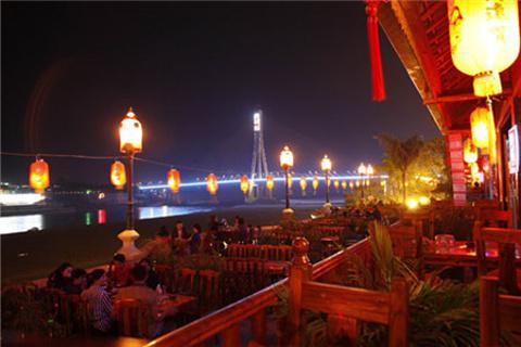 江边夜市小吃街